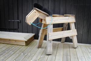 Några vänner tyckte att det saknades en häst på gården, när det nu fanns en vagn, och skapade den här kreativt utformade trähästen.