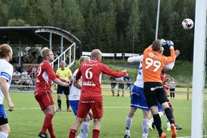 Marcus Krutzén i Timrås mål boxar bort en hörna. Timrå vann enkelt med 3–0 borta mot Anundsjö.