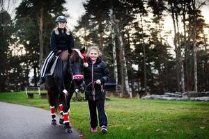 Ida Thor tog en ridtur på hästen Säbys blomma. Alexandra Wallin såg till att färden blev lugn och trygg.