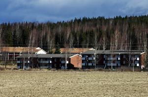 Kyrkberget. Här i sluttningen ovanför Säterbostäders flerfamiljshus på Kyrkberget i Stora Skedvi finns redan 29 obebyggda och avstyckade tomter. Nu aktiveras området i försök att få igång villabebyggelse.