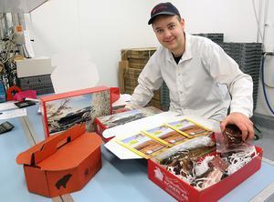 – Det är rena tomteverkstaden här på rökeriet under november och fram till jul, säger Kristoffer Näsvall, som packar jullådor med rökta produkter och annat lokalt från Bruksvallarnas rökeri.