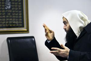 Fekri Hamad, imam i Västerås moské på Råby, kom till Västerås från Landskrona år 2015. Han förnekar inte att han är salafist, och beskrivs som benhård av personer med insyn i Landskrona-moskén.