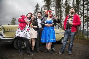 Sandra Ottosson, Sofia Björk, Nils Björid, Daniel Hassfjärd, Mickaela Kellgren och Fredrik Toutin är i Kaxås för bilarna, musiken och umgänget. De har samma kläder här som till vardags. – Det är vårt liv, säger NIls Brörid.