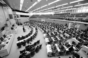 När Göteborgs-Posten frågade riksdagens ledamöter svarade en majoritet att de hellre ser blocköverskridande överenskommelser än att låta SD bli vågmästare.