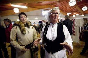 Ingrid Hellström, t h, fanns som vanligt med bland arrangörerna. Här med Marielle Lundström, historiskt klädd som på 1500-talet.
