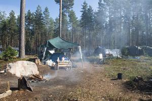 Om någon månad drar bärsäsongen igång. I svenska skogar har det blivit allt vanligare med läger där stora grupper samlas för att under några månader plocka bär. För den som brukar och förvaltar skogen medför lägren problem i form av nedskräpning, skadade träd samt ockuperad och nedsliten mark – något som tveklöst strider mot allemansrätten, skriver företrädare för LRF.