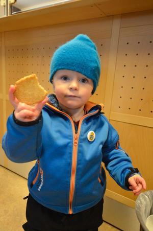 Redan polisbricka. Johan Wallin trivdes hos polisen. Besöket inbringade både en god kaka och en polisbricka att fästa på jackan.