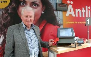Vd:n Claes Annerstedt vid Dalatrafiks nya biljettmaskin som ska installeras på cirka 270 bussar kommande vecka.