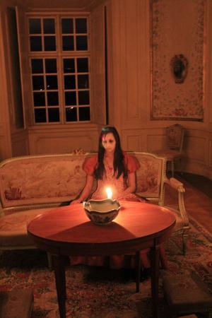 Spökvandring på Engsö slott. Mörkret lägger sig. Stearinljusen kastar skuggor. Fantasin sätts igång. I det här fallet var det en skådespelerska......tror jag....