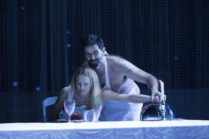 Elin Rombo och Jeremy Carpenter som Agnès och The Protector i