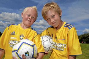 Födelsedagskompisar. Leo Andersson från Skärmartorp och Axel Karlberg från Lanna fyllde åtta år samma dag i mars.