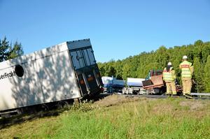 Två lastbilar stod fastkrockade i varandra i det södergående körfältet, den tredje låg på sidan i diket i norrgående riktning.