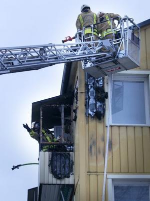 Branden började troligen på en balkong på översta våningen.