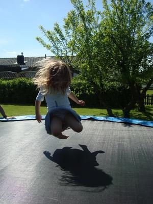 Att hoppa är ren GLÄDJE för vissa, svårt för några & en pina att plågan bara finns för somliga! Fast Wilma 3 ½ år älskar att hoppa!