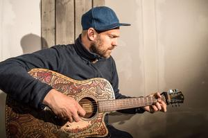 En ny studio på Stiko Pers egen tomt byggs, där han ska spela in sitt sjätte album.