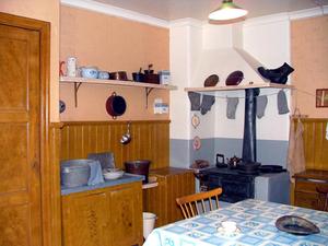 När kök från 1920-talet ska återskapas är det knappast denna standard man tänker på. I denna arbetarlägenhet lagades maten på vedspisen och vattnet hämtades in i hink. Bänkytorna var så gott som obefintliga, hushållsarbetet oftast utfördes vid köksbordet.