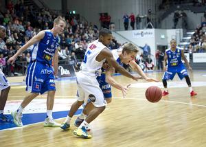 Fjolårets Basketligapremiär gick mycket bra för Jämtland. Seger borta mot LF med 84–78 efter en stormatch av Eric Mosley (på bilden) och Brandon Peterson. De båda amerikanarna gjorde 27 respektive 26 poäng. I höst väntar ännu en bortamatch i premiären, nu mot nykomlingen Umeå.