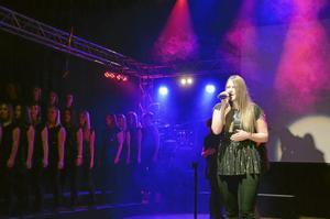 Stämningsfullt. Emma Fredriksson Rapp sjunger solo.