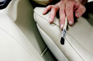 Målarpensel fungerar utmärkt för att få bort damm inuti bilen.