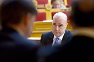 Om Fredrik Reinfeldt, bilden, och Anders Borg far med osanning bör de avgå, menar skribenten.