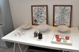 Pernilla visar upp sina konstverk i lokalen.