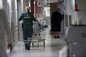 Vill verkligen Socialdemokraterna anställa fler sjuksköteskor? Hur tänker Socialdemokraterna minska kostnaden för inhyrd vårdpersonal? undrar skribenten.