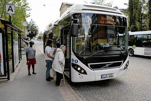 Lokalbussarnas linjeomläggning riskerar att utsätta barn som stiger av vid Långvägen för fara. Det skriver Per Sundin (KD).