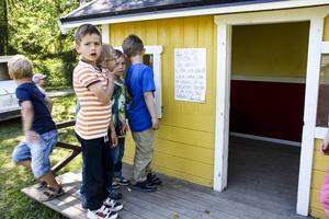 Barnen och fröknarna har satt upp en lapp på väggen där de säger att de är både arga och ledsna över sabotaget.