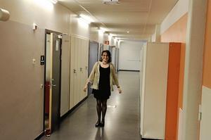 I halvlek. Så hör glad, om än ensam i korridoren, var Harmonis dirigent Lena Svensson i paus på första föreställningen.