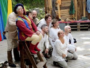 Ensemblen välkomnar publiken till en spännande föreställning.