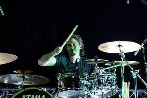 Per Karlsson är både arrangör och trummis i Blackwater som bjöd på en ordentlig show.