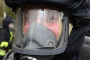 Syrgasmask på. Erik Ingels är redo för att ge sig in i eldhärden.Foto: Håkan Degselius