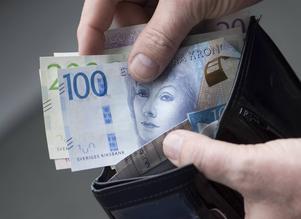 Så här vill flera pensionärer gärna betala sina räkningar eller handla i affären - med kontanter. Foto: Fredrik Sandberg/TT.