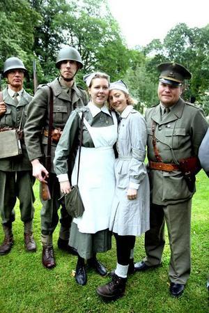 Jessica Andersson och Helen Linander är alldeles för unga för att ha varit med när det begav sig men lockas ändå av gammal militärhistoira. Och de och de andra i Gästrike militärhistoriska förening får mycket uppskattning när de är ute på alika evenemang.