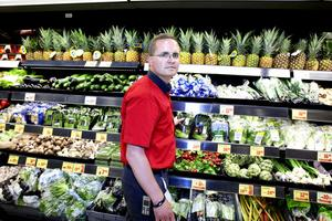 """Tom plats i disken. """"Här brukade groddarna ligga"""", säger Magnus Winges, butikschef Maxi Ica Stormarknad Gävle."""