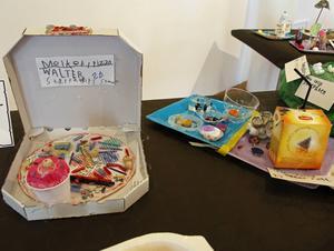 Matkonst av barn i konsthallen.