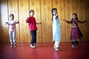 Från vänster, Niki Parvaresh, Parnian Javadi, Nora Isaksson (som också har ett indiskt namn) och Laasya Desu visar en dans.