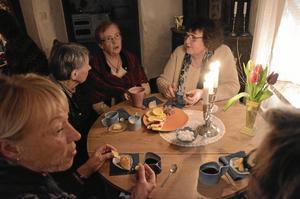 Nöjda besökare. Kristina Bervenståhl, Gun Svensson, Gunilla Linusson, Birgitta Aronsson och Margareta Ahlm är några av de som tycker att författarkvällarna på Svalbo är toppen.