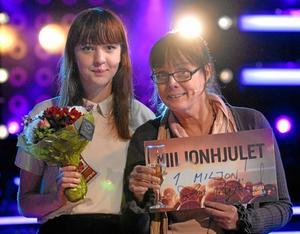 Ann-Sofi Bergkvist kammade hem en miljon kronor för sin mammas räkning. Här på bild tillsammans med sin dotter Alice Tideman.