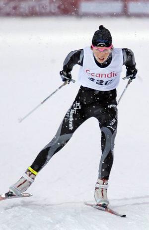 Hedda Bångman vann silver i lördagens skidbytarlopp, med åkning i både klassiskt och i den fria stilen.