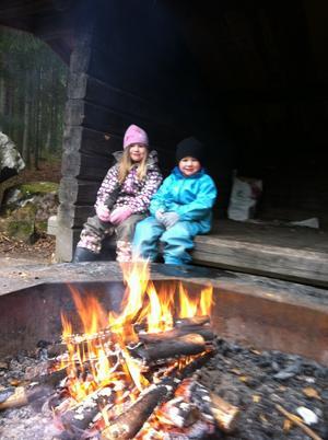 Vi metade men fick inget napp. Som tur är får vi grilla korv istället! Hedda och Einar Alderborg, Gropholmarnas naturreservat.