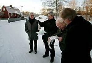 Foto: LASSE WIGERT Plats för en latmask.  På övervåningen i det röda huset i Bäckebro fick Elov Persson idén till seriefiguren Kronblom. Nu föreslår kommunens namnberedning att en del av Skiftesvägen byter namn till Kronblomplatsen. På bilden syns namnberedningens ledamöter, Mats Öström, Björn Hansson, Veinö Helgesson och Lars Sjösvärd.