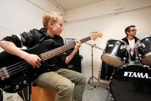 Ossian Karlsson spelade på torsdagskvällen in bas till den kommande musikvideon.