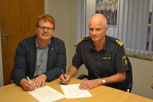 Fredrik Rönning (S) och lokalpolisområdeschefen Mats Lagerblad lovar medborgarna bland annat polisen ska fotpatrullera i centralorten mer än tidigare