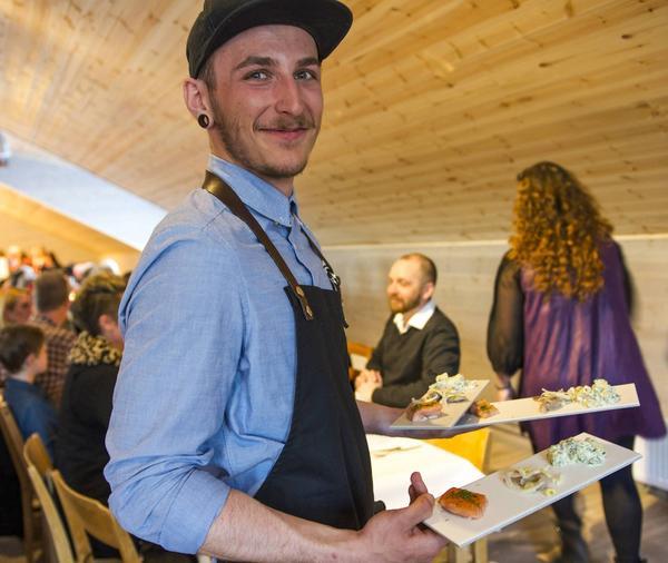 David Ronge såg till att gästerna fick mat.