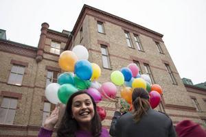 Eleverna sjöng och hurrade för Brynässkolan innan ballongerna släpptes iväg.