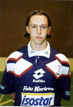 Patrik Bäck hade en lång karriär i IBF Falun, först som spelare sedan som ledare. Här i 1993 års småttlegendariska A-lagströja och i lika ikoniska 1990-talsfrisyren  page.
