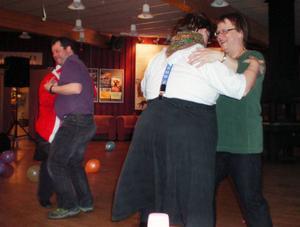 Personalen inom omsorgen fick jobba hårt runt på dansgolvet under maskeradbalen. Paret till vänster är Henrik Sponton som dansar med jultomten Annika Wiik och till höger syns en annan ur personalen, Lola Wahlström, som dansar med Roland Jonsson.