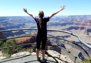 Tuva har vidgat sina vyer. Här njuter hon av magnifika Grand Canyon i Arizona.