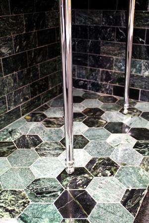 Grön marmor. Hexagon Marble Polish kostar 2995 kronor per kvadratmeter hos Hemmaplan.